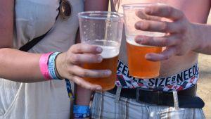 naisella ja miehellä oluttuopit käsissä