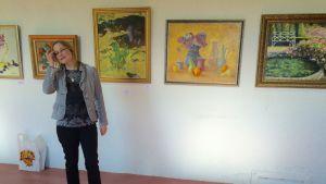 Piippuhallin kesänäyttelyn kuraattori Olga
