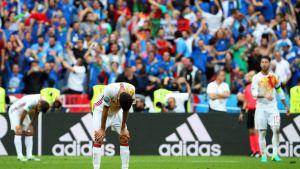 Espanjan pelaajat maassa.