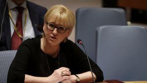 """Margot Wallström pöydän ja mikrofonin takana, edessä kyltti, jossa lukee """"Sweden""""."""