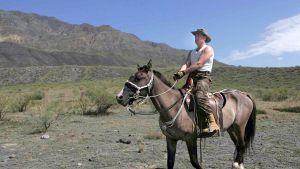 Putin ratsastamassa.