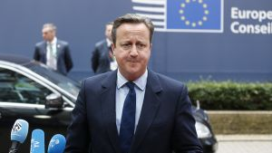 David Cameron saapuu.