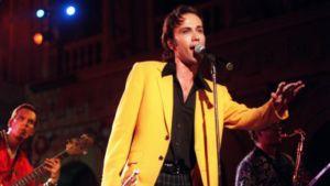 Aki Sirkesalo esiintymässä vuonna 1997
