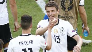 Julian Draxler ja Thomas Müller.