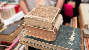 Vanhojen kirjoja pinossa.