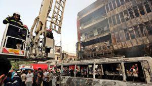 Pommi-iskujen jälkiä Bagdadissa sunnuntaina.