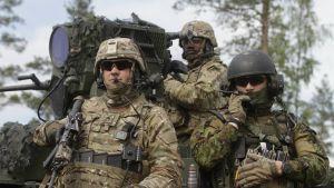Sotilaita panssarin kyydissä
