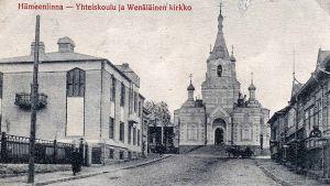 Mustavalkoinen kortti Hämeenlinnan Yhteiskoulusta ja Wenäläisestä kirkosta