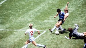 Diego Maradona tekee toisen maalinsa Englantia vastaan Meksikossa 1986.