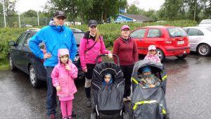 Vieron ja Kossin perheet suunnistivat tiistaina huvipuistoon sateesta välittämättä.