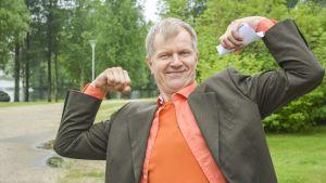 Kajaanin runoviikon taiteellinen johtaja Taisto Reimaluoto.