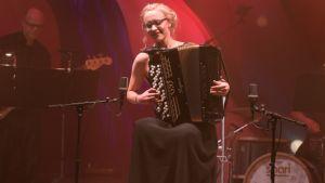 Anniina Luukkainen soittaa harmonikkaa
