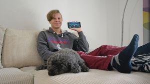 Niklas Ansamaa pitää kädessään kehittämäänsä Astro Speeder -mobiilisovellusta.