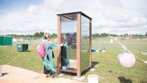 Ruisrockissa pääsee ihailemaan maisemia lasisesta ulkohuussista.