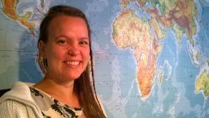 Sarita Virtanen maailmankartan edessä