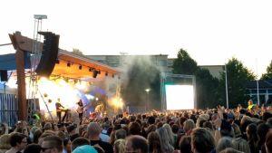 Sanni esiintymässä Kuopion viinijuhlilla 2016
