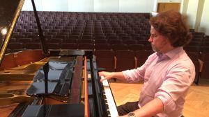 Janne Mertanen soittaa flyygelillä Chopinia Joensuun Konservatorion salissa.