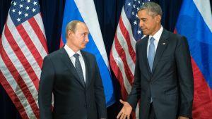 Venäjän presidentti Vladimir Putin ja Yhdysvaltain presidentti Barack Obama kättelevät.
