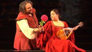Sir John Falstaff (Kiril Manolov) liehittelee rouva Alice Fordia (Eleonora Buratto).