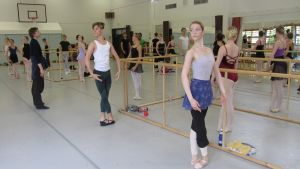 Nuoret balettitanssijat harjoittelevat Mikkelissä Master Class -kurssilla.