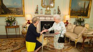 Britannian pääministeri Theresa May ja kuningatar Elisabet.