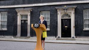 Theresa May puhuu Downing Streetin virka-asunnon edessä Lontoossa.