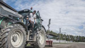 Ratamestari Janne Haapiainen astuu alas traktorista.
