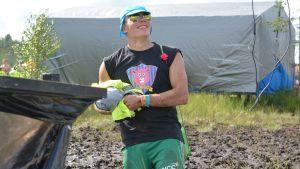 Söpöt pistorasiat -joukkueen pelaaja upposi polviaan myöten suohon.
