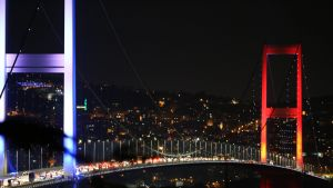 Armeija on sulkenut Bosporinsalmen sillan Istanbulissa tiesuluin.