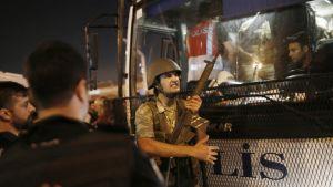 Turkin poliisi pidätti sotilaita Taksimin aukiolla.