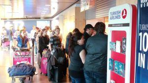 Ihmisiä Turkish Linesin palvelutiskillä Helsinki-Vantaan lentokentällä 16. heinäkuuta.