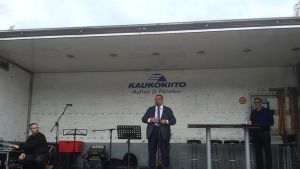 Ulkoministeri Soini puhuu kuorma-auton lavalta Sastamalssa Kansanvallan juhlassa kansalle, jota ei tosin kuvassa näy.