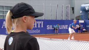 Emilia Hartman on yksi TaTSin kilpajunnuista, jotka talkoilevat tennisturnauksessa pallojen perässä.