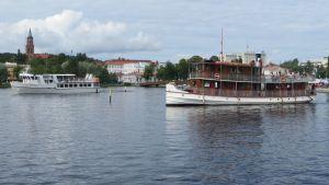 M/S Elviira ja S/S Punkaharju  ovat juuri lähteneet Savonlinnasta.