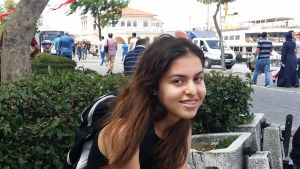 Teini-ikäinen, tummatukkainen Beisa Demir hymyilee.
