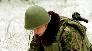 Sotilas raivaa miinan maastosta.