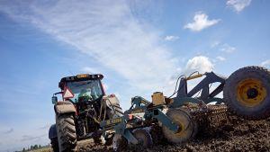Traktori pellolla.