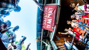 Naamat-festivaalin konserttilava ja yleisöä.