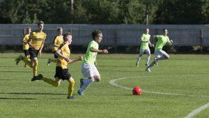 Pelaaja murtautumassa puolustuksen läpi Kokkola cupin pelissä.