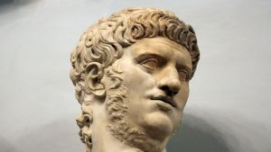 Miehen kasvoja esittävä patsas.