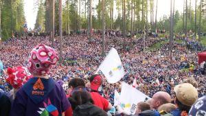 Partioleirin avajaisissa metsässä on paljon ihmisiä