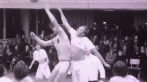 Mustavalkokuva koripallo-ottelusta.