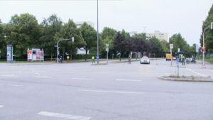 Lauantaiaamuna Münchenissä on autiota. Poliisi partioi kaupungin kaduilla.