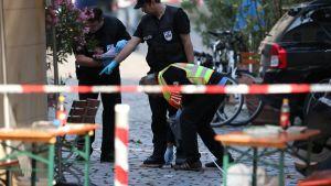 Poliiseja räjähdyspaikalla Ansbachissa maanantaina 25. heinäkuuta.