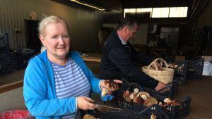 Pirjo ja Kari Tanskanen tuomassa tatteja myyntiin.