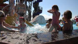 Espoolainen Maria Lindell tuli tyttäriensä Leijan, Tildan ja Lauran sekä mummin kanssa viettämään kesäpäivää Tropiclandiaan.