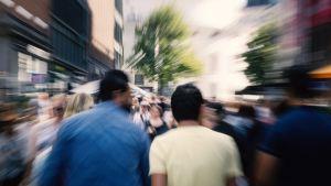 Anonyymeja ihmisiä kadulla.