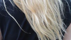 Vaaleat naisen hiukset.