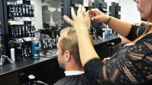 Mies parturissa Kajaanin M Roomissa.