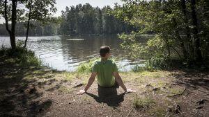 Mies istuu järvenrannalla (  Mikko Vikman )